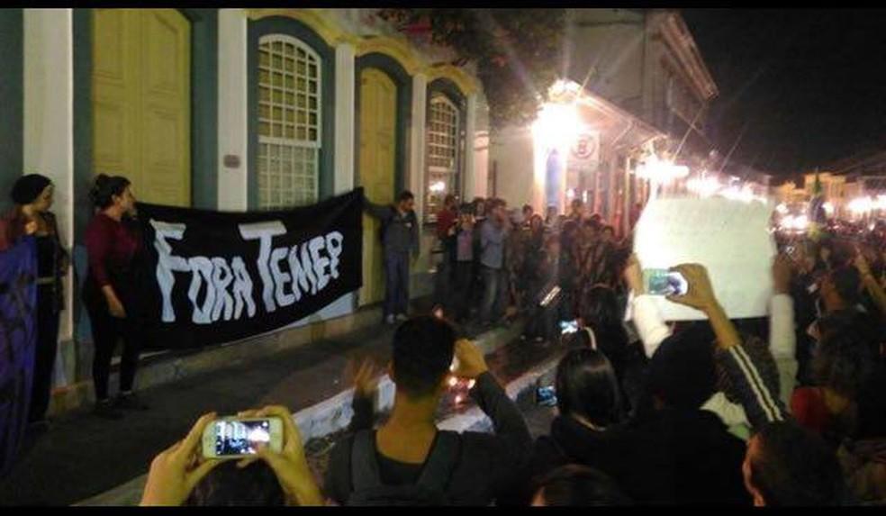 Manifestantes se reuniram em frente ao Solar dos Neves em São João del Rei (Foto: Vertentes Agência de Notícias da UFSJ)