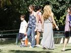 Adriana Esteves aproveita manhã de sol no Jardim Botânico com o filho