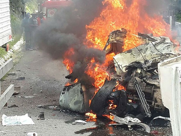 Acidente deixou pessoas carbonizadas; número de mortos ainda não é confirmado (Foto: Marcus Augusto / Voz da Bahia)