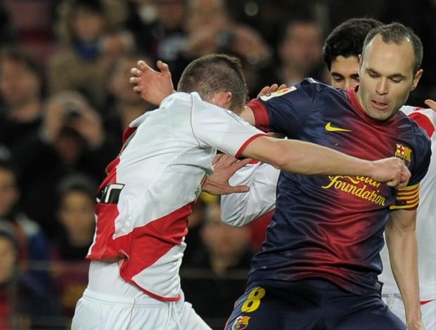 Tito e Iniesta Barcelona x Rayo Vallecano (Foto: AFP)