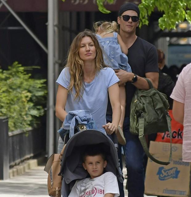 Gisele Bündchen e Tom Brady com os filhos, Benjamin e Vivian (Foto: Grosby Group)