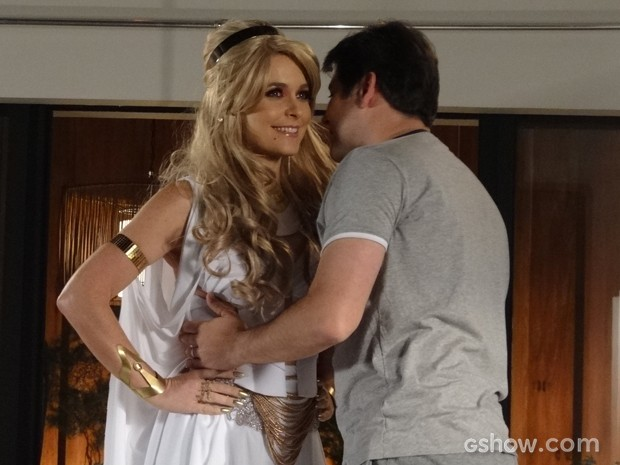 Pamela aparece vestida de Princesa Shelda e Jonas não resiste (Foto: Geração Brasil/TV Globo)