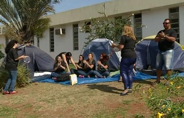 Aprovados em concurso estão acampados e pedem solução, em Valparaíso de Goiás (Foto: Reprodução/TV Anhanguera)