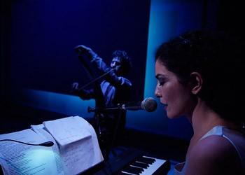 Letícia Sabatella assume voz em piano no mito de Antígona (Foto: Lenise Pinheiro)