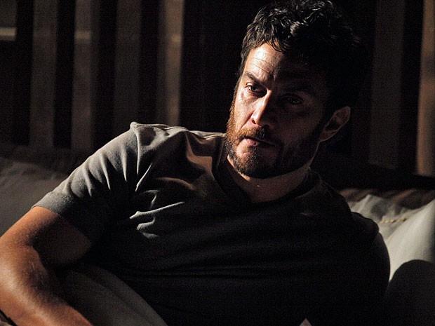 Rodrigo acorda transtornado com o sonho (Foto: Amor Eterno Amor/TV Globo)