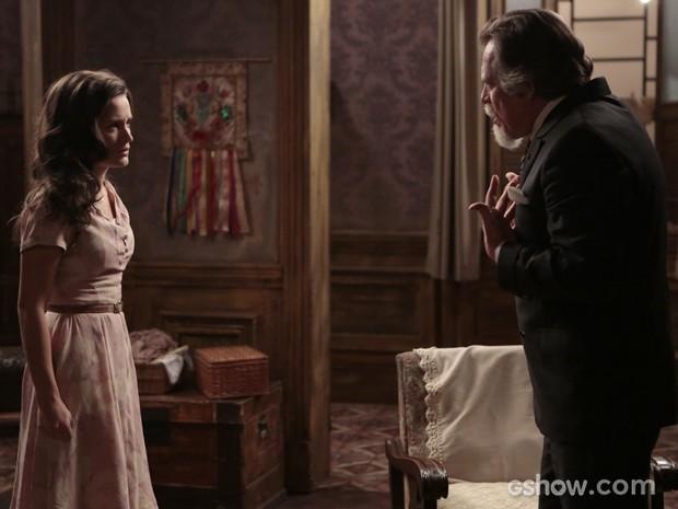 Ernest questiona Amélia sobre caso com Manfred (Foto: Felipe Monteiro/TV Globo)