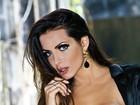 Carla Prata posa sensual para revista de sainha e barriga de fora