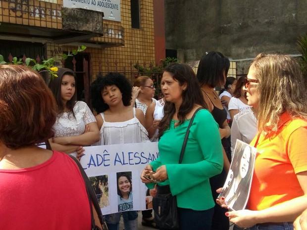 Em protesto realizado em Belém, pai, mãe e amigos da estudante de 16 anos pedem explicações à Polícia Civil para o desaparecimento de Alessandra Ferreira Ramos. (Foto: Cissa Nogueira/TV Liberal)