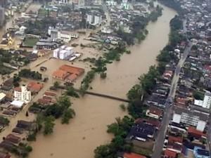 Governador e ministros sobrevoaram Blumenau e regiões atingidas pela cheia (Foto: Divulgação Governo de Santa Catarina)