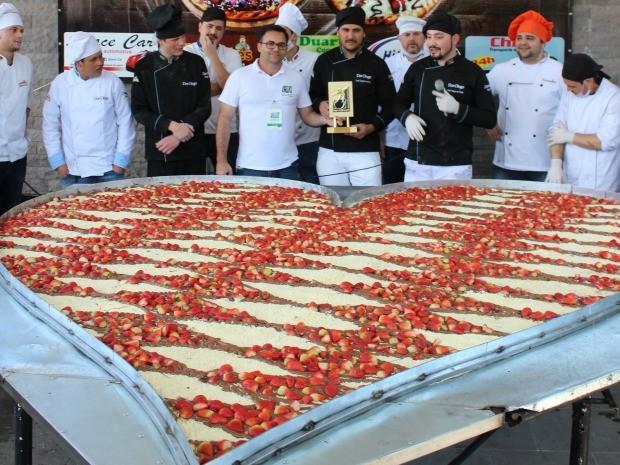 Pizzaiolos prepararam pizza gigante em formato de coração que pesa 107 kg (Foto: RankBrasil/Divulgação)