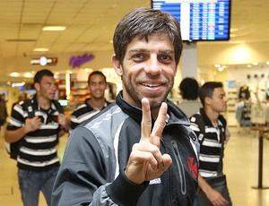 Juninho Pernambucano no embarque do Vasco para Argentina (Foto: Marcelo Sadio / Site Oficial do Vasco da Gama)