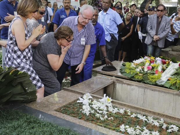 Nicette Bruno no enterro do marido, Paulo Goulart, nesta sexta-feira (14) em São Paulo  (Foto: NELSON ANTOINE/FOTOARENA/ESTADÃO CONTEÚDO)