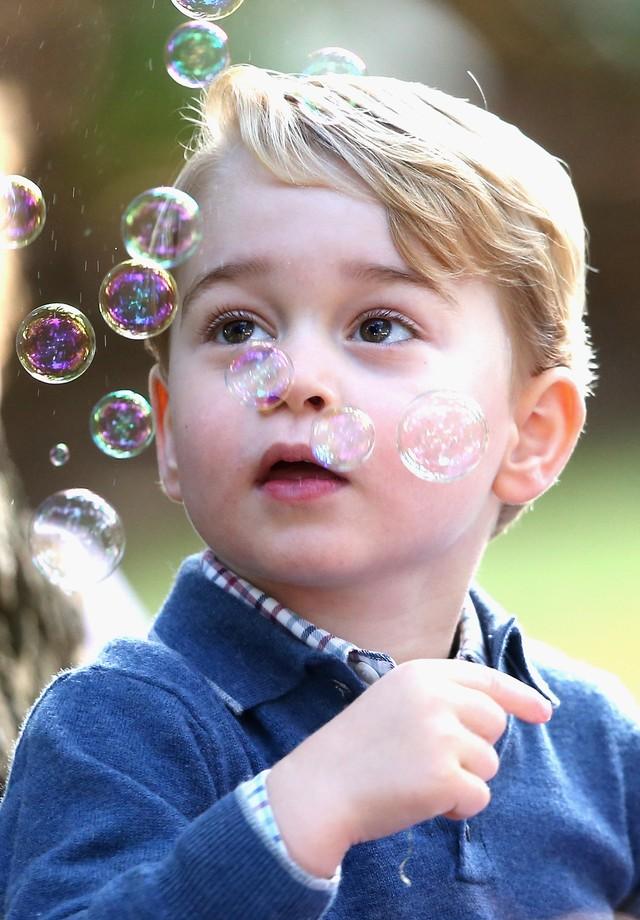Príncipe George brinca com bolhas de sabão (Foto: Getty Images)