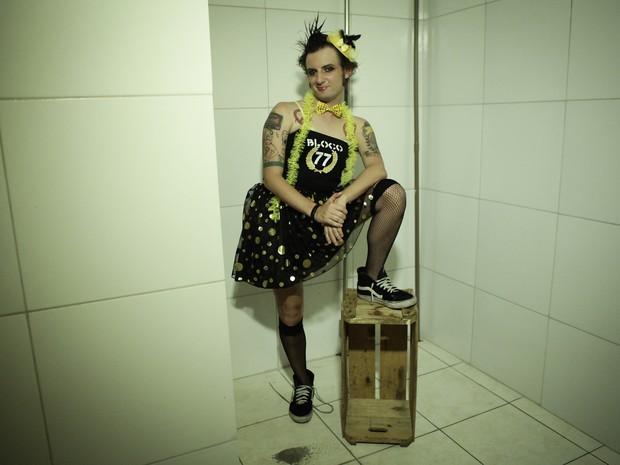 Cesar Augusto, designer gráfico, músico e musa punk do Bloco 77 - Os Originais do Punk. Cordão circula pelas ruas de Pinheiros transformando repertório punk rock em marchinha de carnaval (Foto: Caio Kenji/G1)