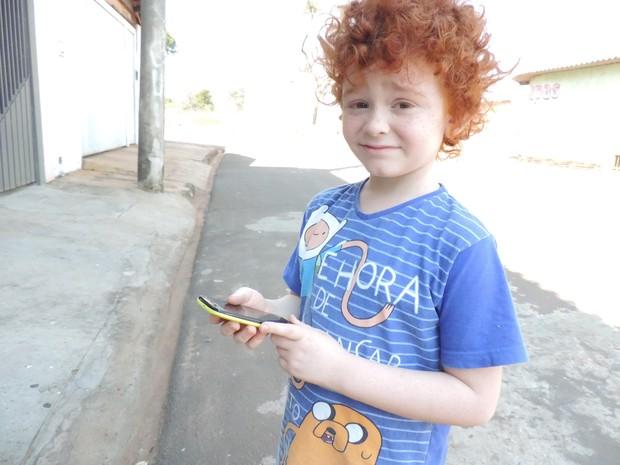 Lucas passou a sair de casa para brincar (Foto: Renata Marconi/G1)