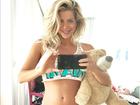De pijama, Karina Bacchi mostra barriga de grávida: 'Nada de álcool'