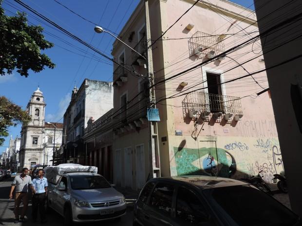 Pixações marcam a fachada do sobrado onde Clarice Lispector morou na infância, no Recife (Foto: Katherine Coutinho / G1)
