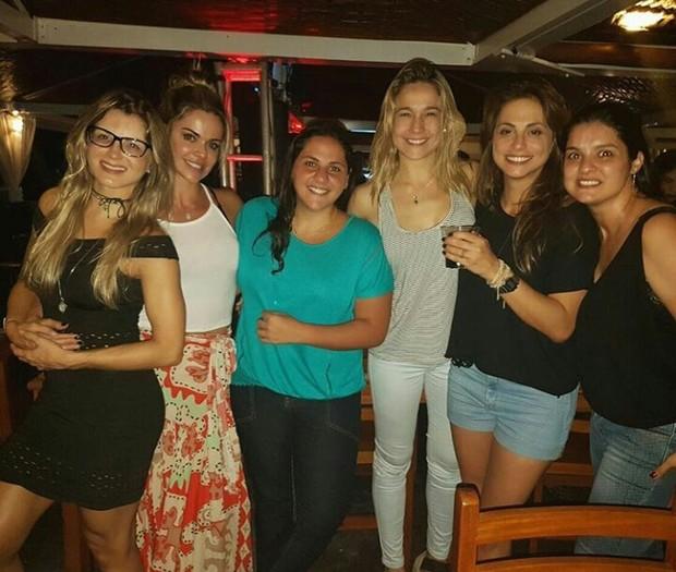 Fernanda Gentil e Priscila Montandon (de blusa preta e short jeans) curtem noite sertaneja (Foto: Instagram / Reprodução)