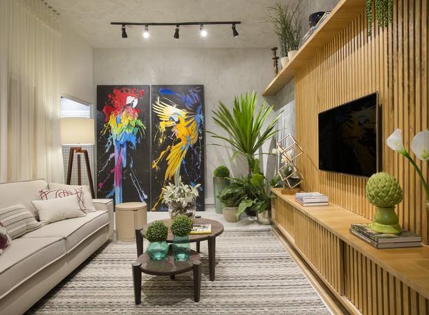"""Na """"Sala Brasilis"""", projetada por Rafaella Murbach, o uso da madeira de reflorestamento é mais do que um elemento decorativo, dividindo o espaço com aconchego. Nas paredes, a textura com contraste de cores traz o toque de contemporaneidade (Foto: Divulgação)"""