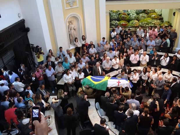 Corpo de Sérgio Guerra deixa plenário da Assembleia Legislativa de Pernambuco (Foto: Katherine Coutinho / G1)