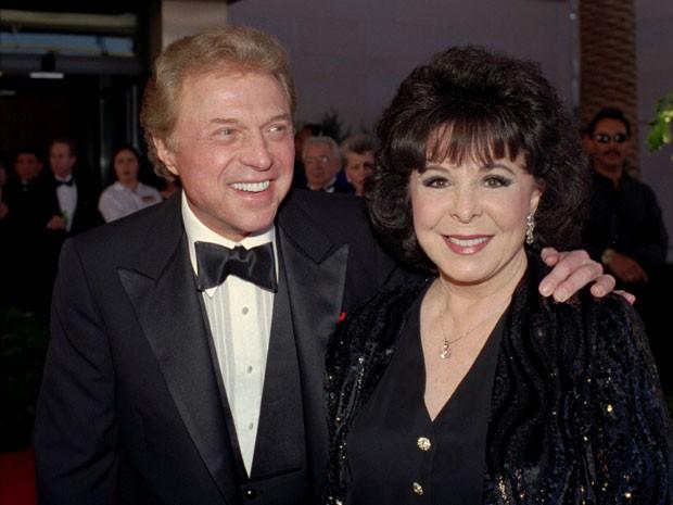 Em foto de 30 de maio de 1998, Steve Lawrence e Eydie Gorme chegam ao baile de gala 'Thanks Frank', em Las Vegas, em homenagem a Frank Sinatra (Foto: Lennox McLendon/AP')