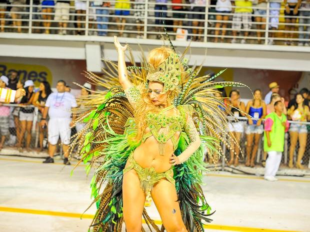 Madrinha de bateria da Imperatriz do Forte desfila no carnaval de Vitória. (Foto: Weliton Aiolfi/ G1)