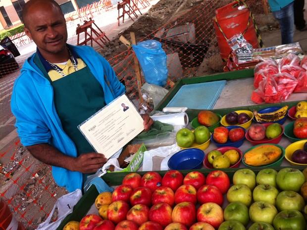 O vendedor de frutas Reginaldo de Jesus afirma estar com 5 meses de pagamento atrasado por 'esquecimento'. (Foto: Darlan Alvarenga)