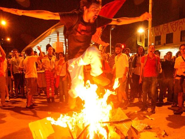 Manifestantes queimam catraca em protesto contra o aumento da passagem em BH (Foto: Luiz Costa/Hoje em Dia/Estadão Conteúdo)