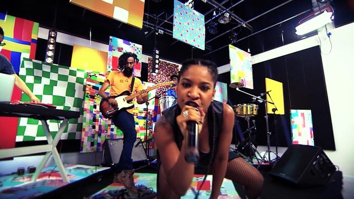 A cantora Larissa Luz grita: 'É preciso estar atento e forte' (Foto: TV Bahia)