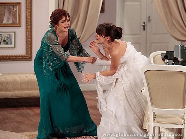 Nieta rasga vestido de noiva de Carolina (Foto: Guerra dos Sexos / TV Globo)