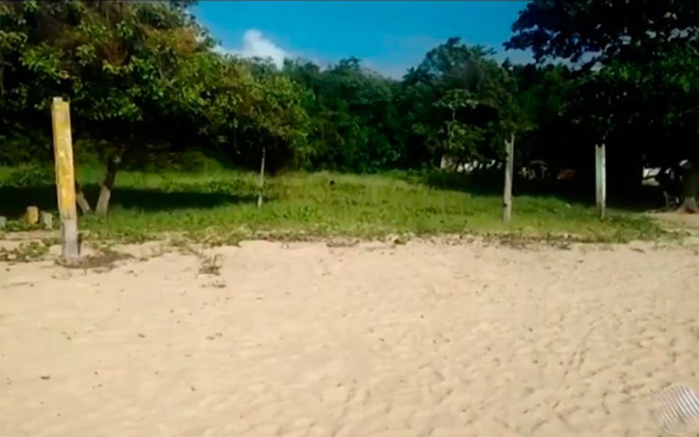 Mala com o corpo da vítima estava na praia de Barra, no distrito de Coroa Vermelha, em Santa Cruz Cabrália (Foto: Reprodução/ TV Santa Cruz)