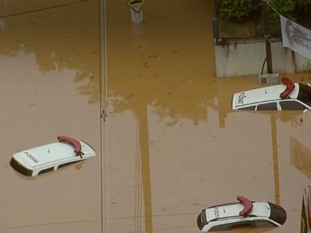 Carros da Polícia Civil submersos em Franco da Rocha (Foto: Reprodução/TV Globo)