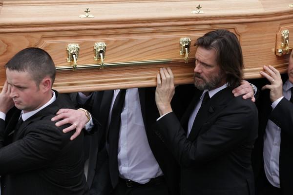 Jim Carrey carrega o caixão de Cathriona White no enterro da ex-namorada (Foto: Getty Images)