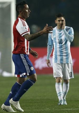 Lucas Barrios e Messi - Argentina x Paraguai (Foto: AP)