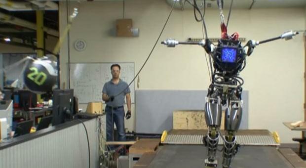 Robôs têm equilíbrio 'humano' e até galopam (Foto: Boris Roessler/DPA/AFP)