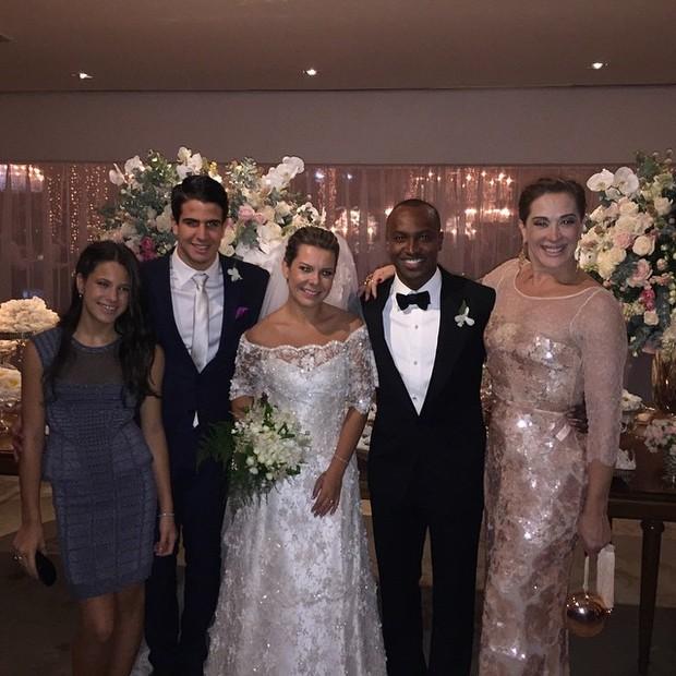 bb3fa8c85 Claudia Raia com os filhos e os noivos, Fernanda Souza e Thiaguinho (Foto: