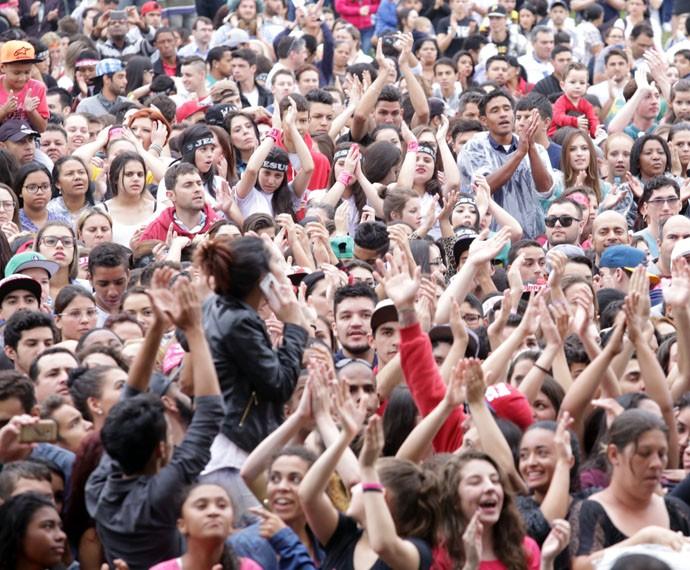 Milhares de pessoas estão aproveitando a tarde no Festival Promessas (Foto: Luiz Renato Correa/RPC)
