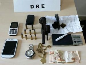 Na casa dele foi encontrado um revolver, munição e drogas (Foto: Divulgação/ DRE)