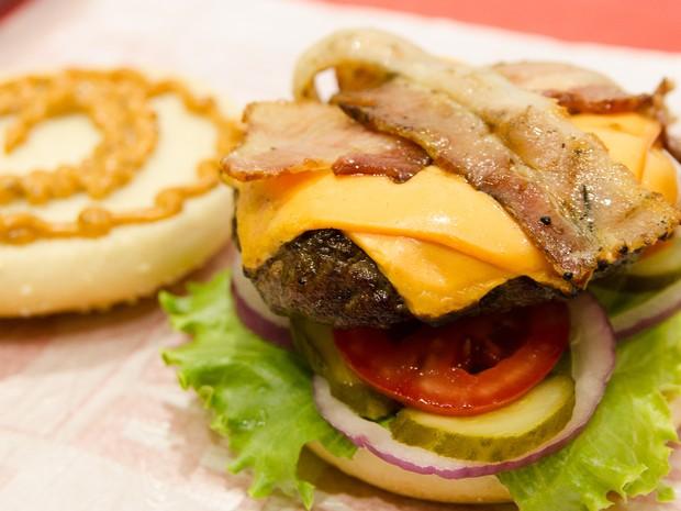 Salada Bacon é o lanche mais pedido no food truck Nebraska, e leva hambúrguer de 160 gramas, cheddar, bacon, cebola roxa, tomate, picles e molho especial. (Foto: Érico Andrade/G1)