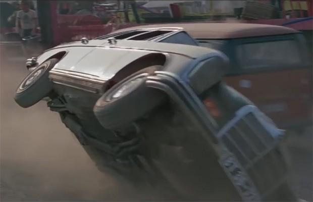 """Que tal virar um Mercedes para escapar de tiros? Bond """"sabe"""" das coisas (Foto: Reprodução)"""