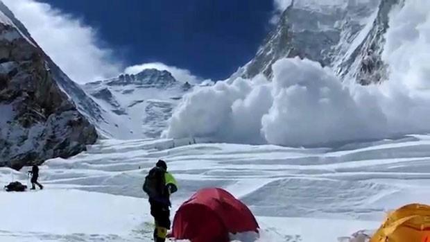 Neve de avalanche que deixou 13 mortos é registrada no Monte Everest nesta sexta-feira (18) (Foto: Buddhabir Rai/AFP)