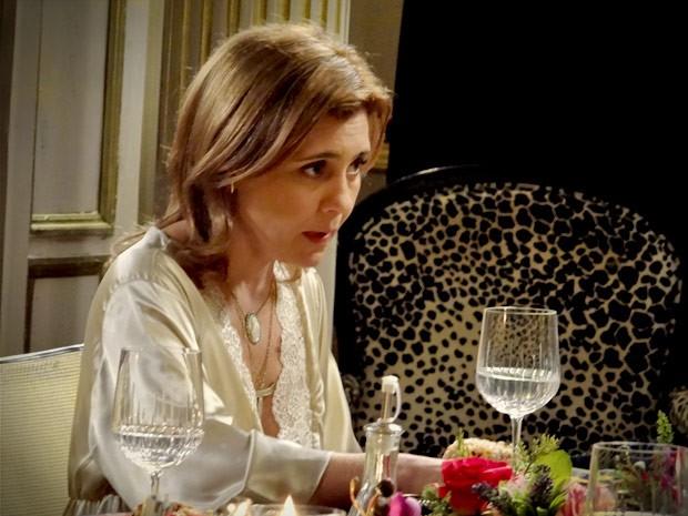 Carminha ouve atenta a defesa do filho (Foto: Avenida Brasil/TV Globo)