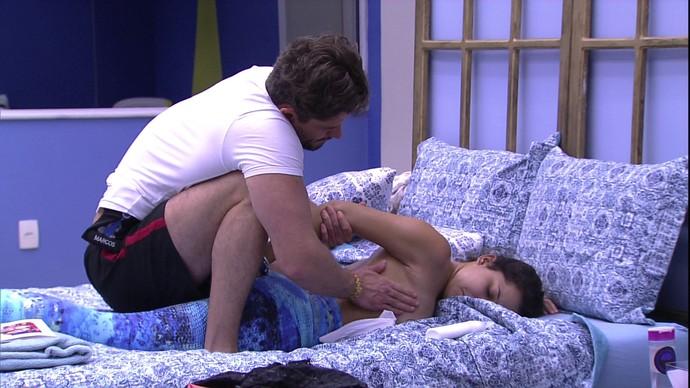 Marcos faz massagem em Emilly (Foto: BBB)