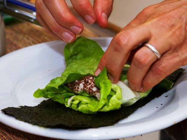 Alimentos são preparados rapidamente (Foto: Edilson Almeida / Especial para o G1)