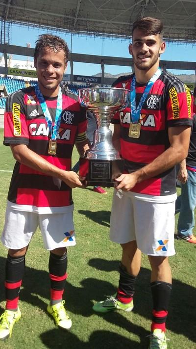 Douglas Baggio e Felipe Vizeu, seu reserva, exibem o troféu da Taça Rio, que deu ao Fla o Carioca de forma direta (Foto: Divulgação/Flamengo)