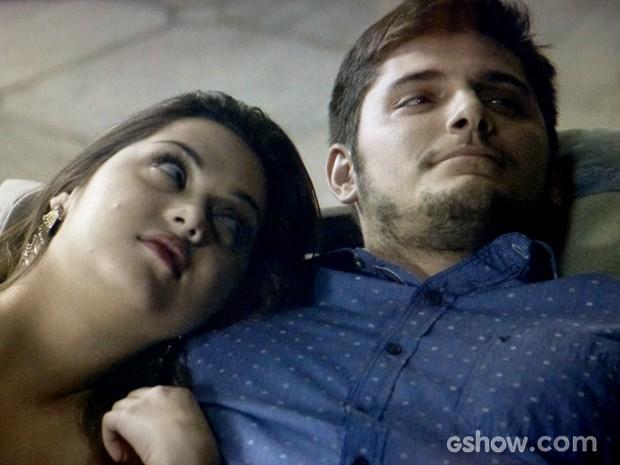 Bárbara aproveita noite com André e os dois olham estrelas (Foto: Em Família / TV Globo)