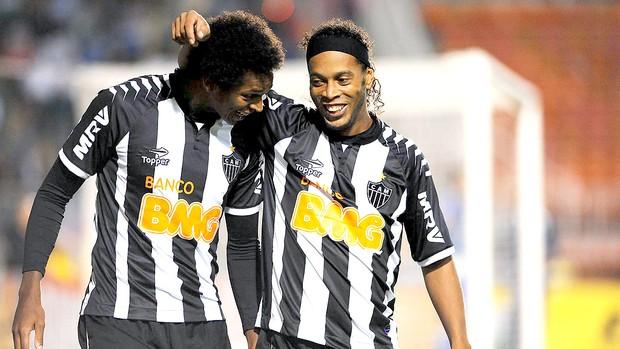 Jô e Ronaldinho comemoram gol do Atlético-MG contra o Palmeiras (Foto: Marcos Ribolli / Globoesporte.com)