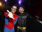 Vestido de Batman, Latino sensualiza com loira em gravação de clipe