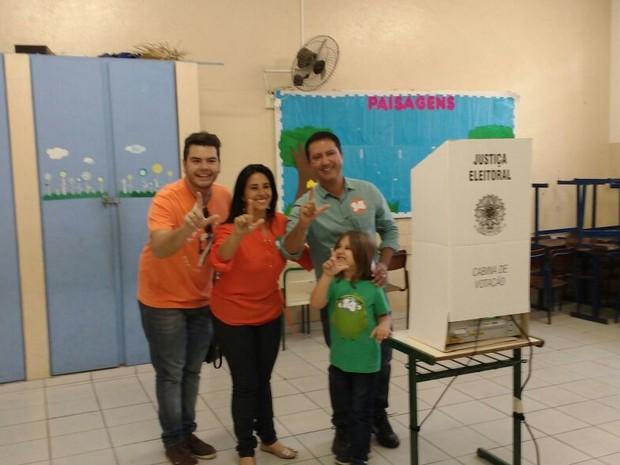 Israel Lacerda, da Coligação Juntos para Mudar vota na Escola Estadual Antônio Marques Figueira, em Suzano (Foto: Gladys Peixoto/G1)