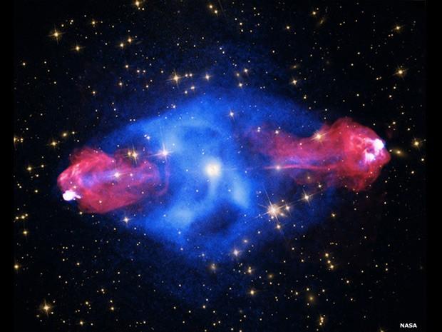 Esta galáxia, a Cygnus A, a uma distânciad e 700 milhões de anos-luz, contém uma bolha gigante preenchida com raios-X quentes que emite gás detectado pelo Chandra (azul) (Foto: Nasa/CXC/SAO)